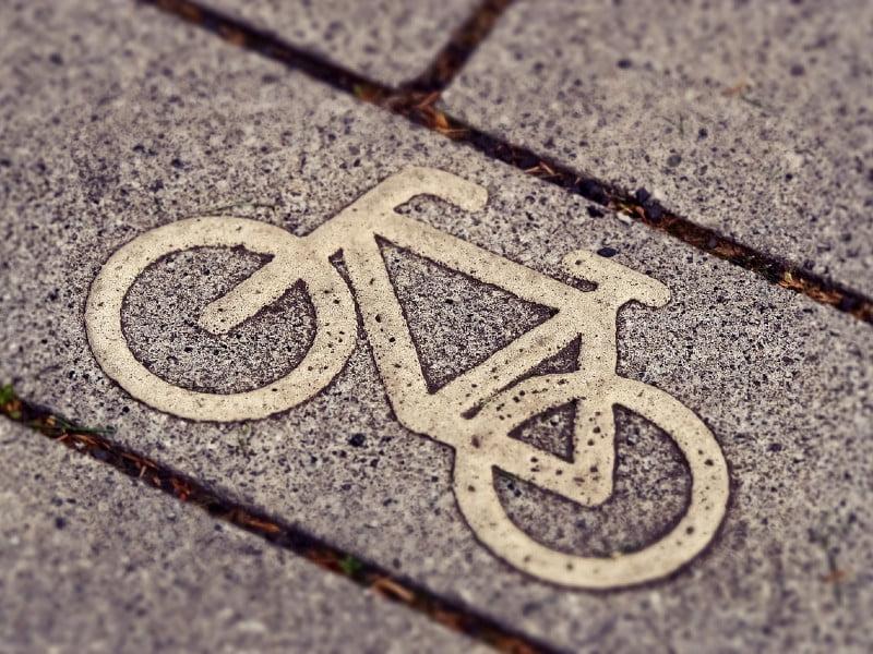 nowe przepisy o hulajnogach elektrycznych – czy będą traktowane na równi z rowerami?
